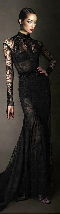 Tom Ford. Cabelo e make perfeitos para o tango. Gosto das mangas em renda e o detalhes de cristais.