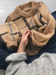 Scotty Sweater Ravelry: Scotty Sweater pattern by PetiteKnit - Ideen finanzieren Sweater Knitting Patterns, Knit Patterns, Knitting Sweaters, Loom Knitting, Free Knitting, Stitch Patterns, Mode Crochet, Knit Crochet, Crochet Granny