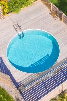 a contemporary wooden deck with a bench and a large round pool that invites you in looks amazing - DigsDigs Swimming Pool House, Above Ground Swimming Pools, Swimming Pool Designs, Oberirdische Pools, Cool Pools, Jacuzzi, Raised Pools, Lanai Patio, Above Ground Pool Liners