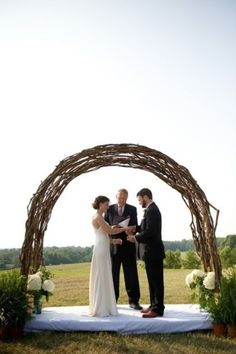 I really like the rustic look to this arch!