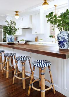 Cozy Home Interior Beautiful traditional white kitchen. Blue white brass and butcher block.Cozy Home Interior Beautiful traditional white kitchen. Blue white brass and butcher block. Classic Kitchen, New Kitchen, Kitchen Dining, Kitchen Decor, Timeless Kitchen, Kitchen Bars, Brass Kitchen, French Bistro Kitchen, Dining Room