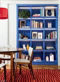 EMBUTIDA NA PAREDE. Uma parede branca, sem graça e sem uso, deu lugar a uma bela estante nesta sala de jantar.  http://casa.abril.com.br/materia/seis-ambientes-onde-as-estantes-sao-as-protagonistas?utm_source=redesabril_casas_medium=plus_campaign=redesabril_casacombr#5