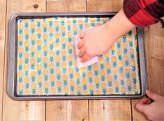 DIY reusable beeswax wraps that is eco-friendly, sustainable and a great alternative to using cling wrap. Use to wrap food or give as a Christmas gift!