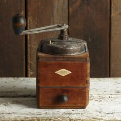 A beautiful wooden vintage French coffee grinder. This lovely piece of kitchenalia would look wonderful on display in the kitchen. In good aged condition this piece has loads of French charm. Dimensions: 19cm high x 11cm width x 11cm depth