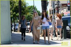 elle fanning mother daughter shopping trip 01 Elle Fanning rocks a neutral toned maxi-dress as she steps out to do some shopping on Sunday (August 18) in Studio City, Calif.    The 15-year-old actress was joined…