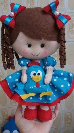 Boneca de feltro Menina galinha pintadinha - Inspire-se Inspire-se com esta linda criação feita pela artesã Jakeline Gondim , As peças e... Fabric Dolls, Paper Dolls, Felt Crafts Dolls, Felt Doll Patterns, Felt Baby, Sewing Dolls, Felt Toys, Stuffed Animal Patterns, Diy Doll