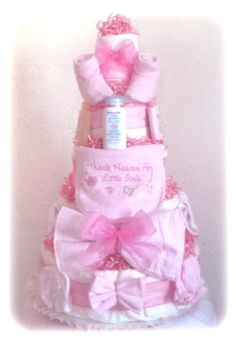A diaper cake for baby girl shower. Such a great idea for new parents! Baby Shower Cakes, Baby Shower Niño, Shower Bebe, Baby Shower Diapers, Girl Shower, Baby Shower Parties, Baby Shower Themes, Baby Shower Decorations, Baby Shower Gifts