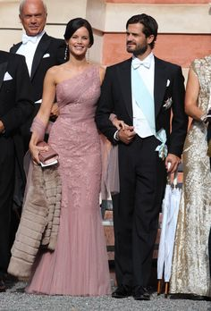 Swedish Carl Philip and Sofía Hellqvist, she chose a dress in pink suit with lace and draped with an asymmetrical neckline which accompanied with a chiffon shawl.
