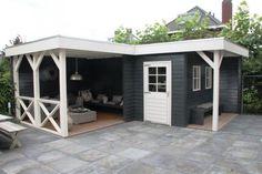 Tuinhuis met veranda IJssel 11 (afmeting 6 x 7 meter)  Afmetingen 6.00 m. x 7.00 m. Tuinhuis 6.00 m. x 2.00 / 3.00 m. met veranda van 4.00 m. x 3.00 m. en luifel van 1.00 m. x 3.00 m. Hoogte ca. 2.60 m.  Uitgevoerd met een plat dak, loopdeur, vaste ramen en balustrade van kruizen.  Standaard met boeiboorden van rabat.