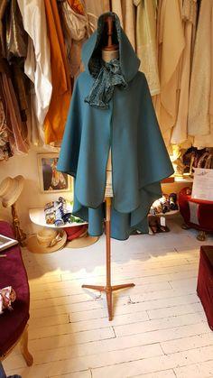 Une cape en pure laine - bleue et à  capuche - étole de soie assortie