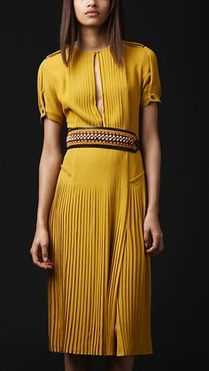 Beautiful yellow dress that I could buy off the rack. Cute Skirt Outfits, Classy Outfits, Style Couture, Couture Fashion, Casual Dresses, Short Sleeve Dresses, Fashion Details, Fashion Design, Costume