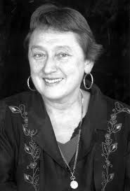 Lynn Margulis (1938 - 2011)Titulada en Zoologia y Genética y Doctora en Genética por la Universidad de California. Margulis es autora de la teoría de la simbiogenésis, que explicaría el origen de las primeras células con núcleo a partir de la fusión de bacterias primitivas hace miles de millones de años. En su teoría endosimbiótica, propone que las células eucariotas  se habrían originado a partir de diferentes células procariotas  (sin núcleo) mediante una relación simbiótica.