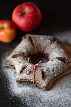 Un pain qui abrite toutes les saveurs de fin d'année et qui se veut résolument ancré dans le paysage vaudois avec du jus de pomme (à la place de l'eau), de la raisinée (à la place du miel), et des farines du cru, auxquels j'ai ajouté du cacao, des petits raisins, du sésame et bien sûr... ces fameuses épices traditionnelles sans lesquelles Noël ne serait pas tout à fait Noël dans nos contrées : cannelle, anis étoilé (évidamment), noix de muscade et quelques secrets bien gardés… Pain Au Levain, Saveur, Cacao, Place, Doughnut, Boutique, Desserts, Food, Honey