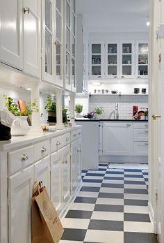 subway tiles, checkered kitchen floor and granite counters. check, check & check!