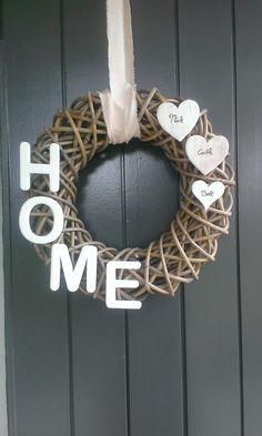 Krans voor aan de voordeur. Of ipv HOME je huisnummer.. goedkoop en orgineel