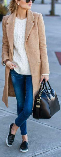 leger kleidung für frauen beige mantel schwarze ledertasche brille jeans  turnschuhe pullover Schwarze Ledertaschen, Kleidung 28debf2ad3