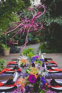 Be creative and make something out of nothing. Use the fallen branches form your garden and make something creative and artistic. Using branches to Driftwood Chandelier, Branch Chandelier, Branch Decor, Chandelier Centerpiece, Centerpieces, Spray Paint Projects, Diy Spray Paint, Diy Projects, Painted Branches