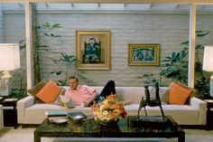 Marilyn Monroe, Frank Sinatra, and Other Old Hollywood Stars' Homes Actor Kirk Douglas stretches out on a skylit sofa in his Beverly Hills home in the early Above him hang two Pablo. Old Hollywood Decor, Hollywood Homes, Old Hollywood Stars, Classic Hollywood, Hollywood Icons, Hollywood Glamour, Kirk Douglas, Mid-century Interior, Interior Design