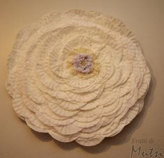 Wall Rose made from filter bags and hula hoop Hula Hoop, Hobbies And Crafts, Decorative Plates, Rose, Tableware, Blog, Handmade, Home Decor, Pink