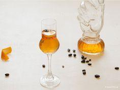 Το λικέρ πορτοκάλι καφέ είναι το αγαπημένο λικέρ των Γάλλων και είναι γνωστό σαν liqueur quarante quatre, δηλαδή 44 Dessert Drinks, Fun Desserts, Tiramisu Cheesecake, The Kitchen Food Network, Smoothie Drinks, Cookbook Recipes, Sweet And Salty, Food Design, Coffee Drinks