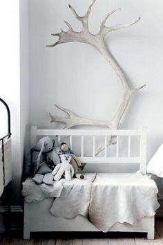 #Fotobehang met groot #gewei. Perfect in een #landelijk of #Scandinavisch interieur met #wit en andere lichte kleuren. #antler #white #wall #wallpaper