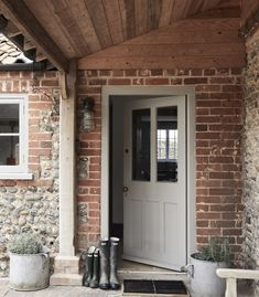 Eden Hall Cottage Norfolk – British family getaway – Entrance – Diet and Slimming The Doors, Back Doors, Entry Doors, Windows And Doors, Cottage Living, Cottage Homes, Cottage Porch, Transformer Un Garage, Cottage Front Doors