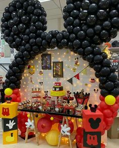 Mini y mickey Festa Mickey Baby, Mickey Mouse Birthday Decorations, Theme Mickey, Fiesta Mickey Mouse, Mickey Mouse Parties, Mickie Mouse Party, Mickey Mouse Centerpiece, Disney Parties, Mickey 1st Birthdays