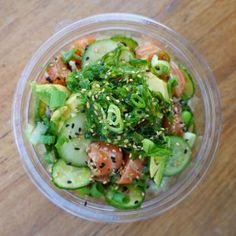 Salmon topped with seaweed salad // Poke bowl Clean Eating Recipes, Easy Healthy Recipes, Healthy Eating, Poke Bowl, Sashimi, Meal Prep For Work, Mason Jar Lunch, Sushi Bowl, Dinner Is Served