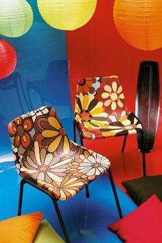 inglês        português        espanhol            DIY...recycled plastic chairs with paint -*-Cadeiras de plástico reformadas