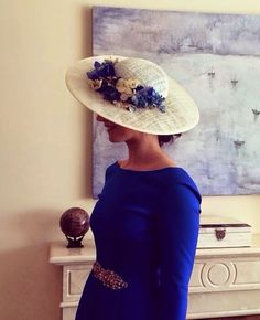 -White straw hat with flowered brim. White straw hat with flowered brim. Occasion Hats, Fascinator Hats, Fascinators, Wedding Guest Looks, Derby Day, Fancy Hats, Turbans, Chic Wedding, Hats For Women