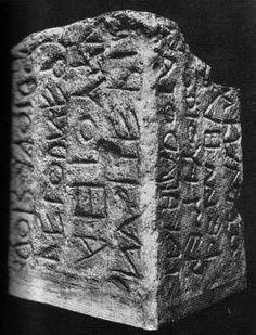 Imagen de Lapis Niger, s. VI a.C. Nexo entre alfabeto griego y latino.    #historiadellibro