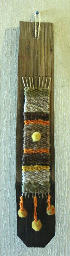 Mini telar con lana de oveja, teñido naturalmente en tejuela de alerce reciclada. $9.500.-