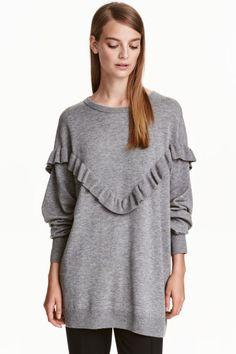 Camisola oversize com folho: Camisola oversize em malha de mistura de lã. Tem ombros descaídos, escapulário com orla de folho e punhos e cós em malha canelada.