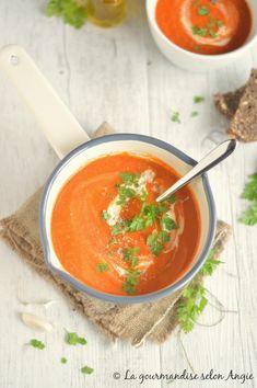 Velouté de tomates/- 500g de tomates pelées et épépinées - 2 gousses d'ail- 1 petit oignon - huile d'olive- 1 cc de sucre - 50 cl de bouillon de légumes- herbes au choix (origan, basilic, herbes de Provence...)- sel, poivre du moulin