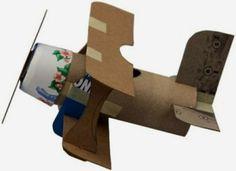 Поделку самолета можно сделать с детьми из подручных материалов: рулона от туалетной бумаги, картона, пластикового стакана и скотча.