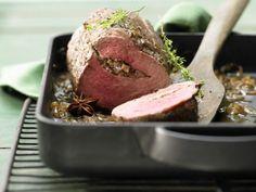 Rinderfiletbraten mit Pilzfüllung und Madeirasauce. Ein Sonntags-Braten: das Beste vom Rind mit raffinierter Füllung aus Pilzen.