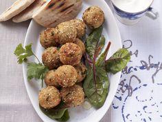Kichererbsenbällchen (Falafel) mit Joghurtsoße und Aprikosendip   Zeit: 30 Min.   http://eatsmarter.de/rezepte/kichererbsenbaellchen-falafel-mit-joghurtsosse-und-aprikosendip