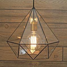 Витражная люстра в форме бриллианта с ретро-лампочкой Эдисона прекрасно дополнит интерьер дома, офиса в стиле лофт, кафе, гармонично вписавшись в концепцию дизайна пространства. В комплект включены лампочка Эдисона и провод длиной 2 м. Высота люстры - 32 см, ширина - 30 см Доставка: Мы бережно доставим ваш заказ в течение двух-трех дней после размещения вами заказа. Стоимость доставки в пределах МКАД - 300 руб. Доставка осуществляется курьером по Москве и ближайшему Подмосковью. По Р...