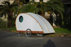 Telescoping wooden caravan raises the roof on small living Lightweight Camping Trailers, Small Camping Trailer, Lightweight Tent, Camping Life, Tent Camping, Auto Camping, Camping Stuff, Pop Up Caravan, Dog Trailer
