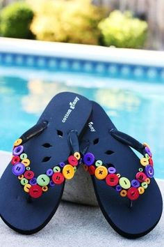 I love buttons and I love flip flops.what could be cuter than flip flops decorated with buttons! Flip Flops Diy, Flip Flop Craft, Diy Buttons, How To Make Buttons, Crafts With Buttons, Button Art, Button Crafts, Decorating Flip Flops, Decorating Ideas