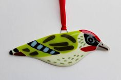 This stunning Green Woodpecker bird wall or window hanging Sun catcher decoration will brighten up any room! He is the perfect gift for any bird lover/ watcher, he would look splendid with a couple of fellow birds to create a little flock! The bird is made from quality fused Bullseye glass.