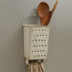 Park Designs Grater Wall Utensil Holder Home Design – DIY home decor – rustic home diy Diy Recycle, Recycling, Diy Casa, Primitive Kitchen, Country Primitive, Primitive Decor, Rustic Kitchen, Country Kitchen, Country Homes
