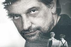 """(Nie)obecność to film o zmarłym w 2008 roku reżyserze Piotrze Łazarkiewiczu. Nie jest to biografia, ani dokumentacja twórczości, tylko próba opowiedzenia o człowieku poprzez bliskich mu ludzi, zmagających się z jego nagłym odejściem. 9 marca o 17:00 DKF Film-mówka zaprasza na unikalny pokaz filmu na dużym ekranie oraz spotkanie z reżyserką, Magdaleną Łazarkiewicz. """"Filmowa mozaika …"""