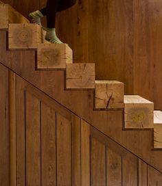 Design-trappe m. trappetrin, lagt i massivt kernetræ.