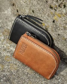 Нет описания фото. Leather Wallet Pattern, Handmade Leather Wallet, Leather Gifts, Gift Bows, Leather Art, Leather Projects, Diaper Bag, Leather Working, Leather Purses