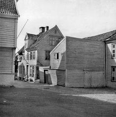 Nøstegaten 11 fra marcus.uib.no Bergen, Garage Doors, Cabin, Traditional, House Styles, Outdoor Decor, Home Decor, Pictures, Decoration Home