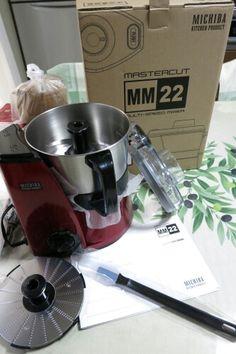 山本電気@フードプロセッサーMM-22  RED  何かと話題のフードプロセッサー 山本電気のMM-22。なかなか欠品が続いたがやっとて手に入れた。フープロにしてはやや高めだが、純日本製。東北の決して大きいとは言えないが世界的なモーターの会社が出している。和の鉄人・道場さんのプロデュースを売りにしています。  2013.08.04