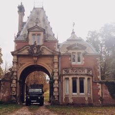 (For me this is always Sherlock and John driving off some country estate where they've had a case… autumn… bed-sharing… you know the drill! Eco Casas, Beautiful Homes, Beautiful Places, Gate House, English House, English Manor, Decoration Inspiration, Historical Architecture, English Architecture