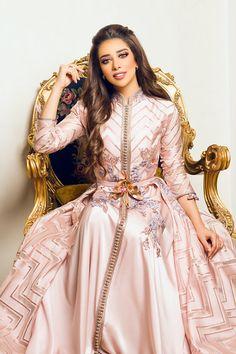 Love the collar and the second layer on the underhalf Arab Fashion, Muslim Fashion, Indian Fashion, Morrocan Dress, Kaftan Moroccan, Caftan Dress, Cape Dress, Indian Designer Outfits, Designer Dresses