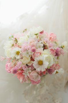 ご新郎様の好きなイメージ、白とピンクのブーケとご新婦様の好きなイメージ、いろいろな草花で。というそれぞれのリクエストを、ひとつにあわせて。この時期一会にお...